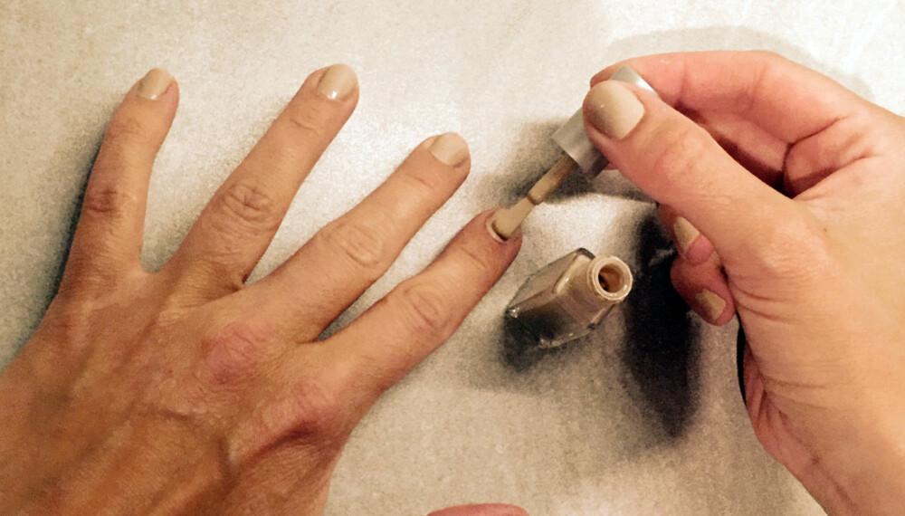 TIDKREVENDE? Jepp, men har du noen kjappe tørketips for hånd, kan du greit lakke neglene før du må løpe ut døra.