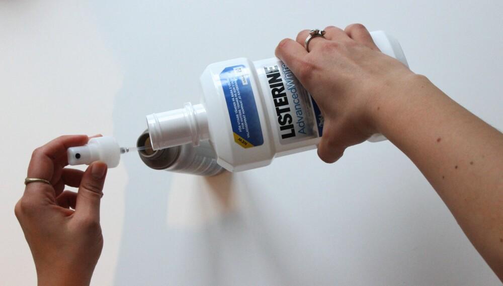 KUR MOT FLASS: Bland munnskyllevann halvt om halvt i en sprayflaske og spray det i hodebunnen. FOTO: Hanna Sundquist
