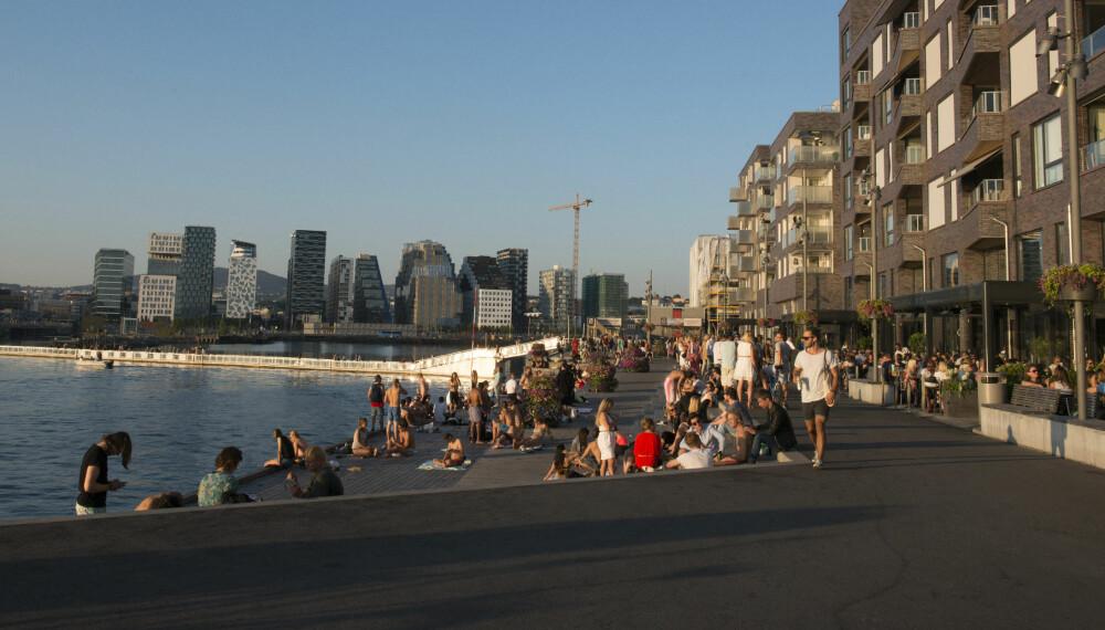 PROMENADE: På veien langs sjøen kan du både ta deg en svømmetur, nyte en kaffe og kikke på folkelivet i den nye delen av Oslo.