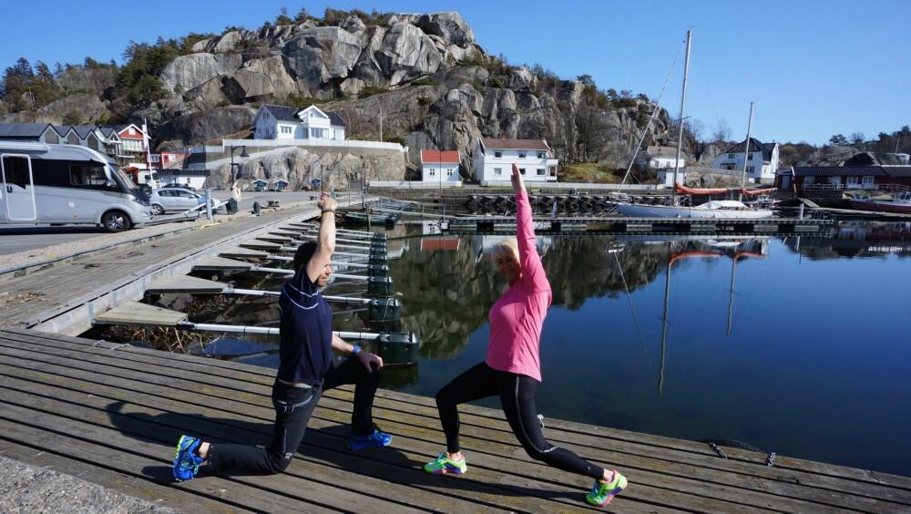 LINDRER: Samboerne Eirin Heiland og Jan Erik Bye er begge treningsinstruktører hos Team treningssenter i Sandefjord, og ihuga helårs bobilister. Her viser de oss noen øvelser som kan forebygge og lindre smerter i blant annet benet, samt generelt sett gjøre langturen i bobilen bedre, og kroppen mindre stiv og støl når du kommer fram.