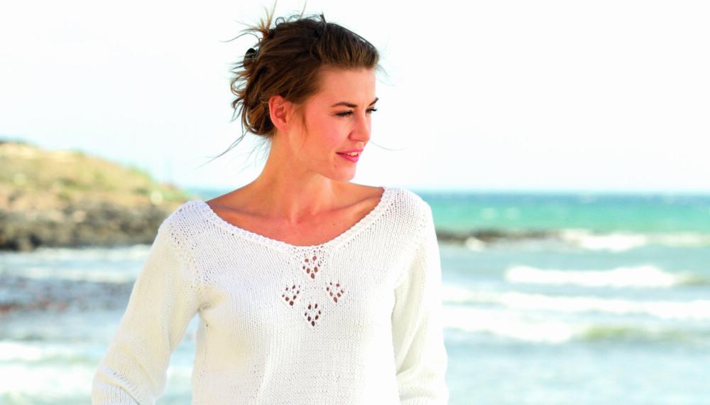LUFTIG: Strikk en lekker genser med hullmønster og splitt i sidene.