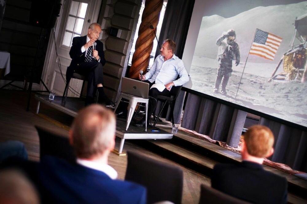 HENGER MED: Erik Tandberg har nå skrevet for Vi Menn i 62 år. Her holder han foredrag om verdensrommet for redaksjonen og annonsørene.  Foto: Marius Wærhaug Madsen
