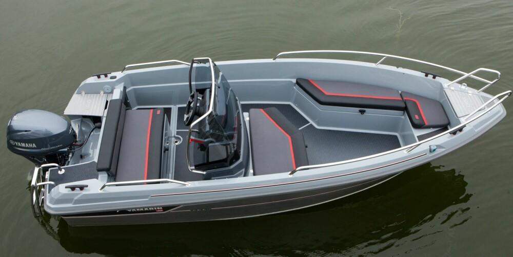 GODT UTNYTTET: Båten er godkjent for fire personer, og sitteplassene er godt dimensjonert ut fra et slikt behov. Det er en stor benk foran konsollen, samt en langsgående benk på venstre side og fram mot baugen.