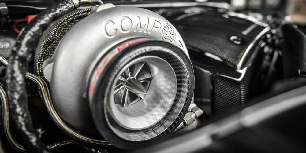 ÉN STOR: De to originale turboene har måttet vike for én stor turbo. Med så høy effekt tipper vi det beste i motoren er forsterket.