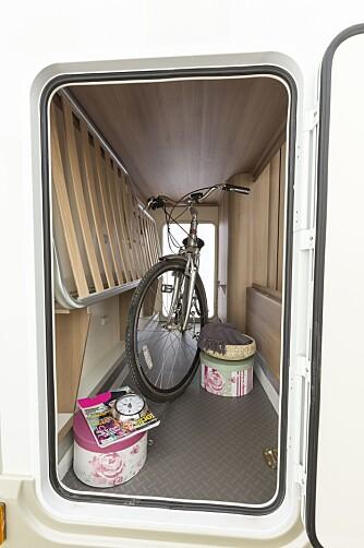 GARASJE: En ganske stort lasterom når den nedre køyesenga er lagt ned, stort nok til en sykkel når senga er heist opp.