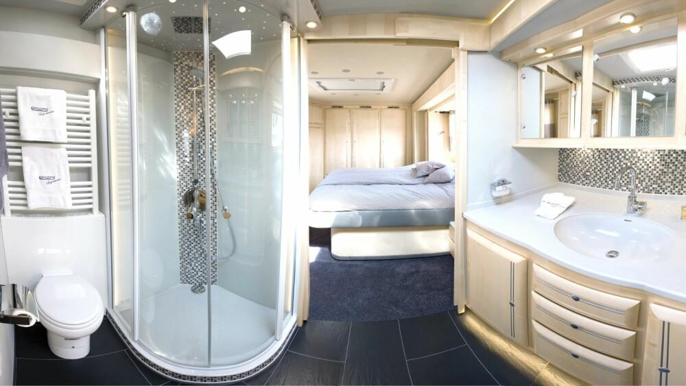 ROMSLIG BAD: Soverommet er plassert bakerst, og foran ligger et stort sanitærrom med egen stor dusj.