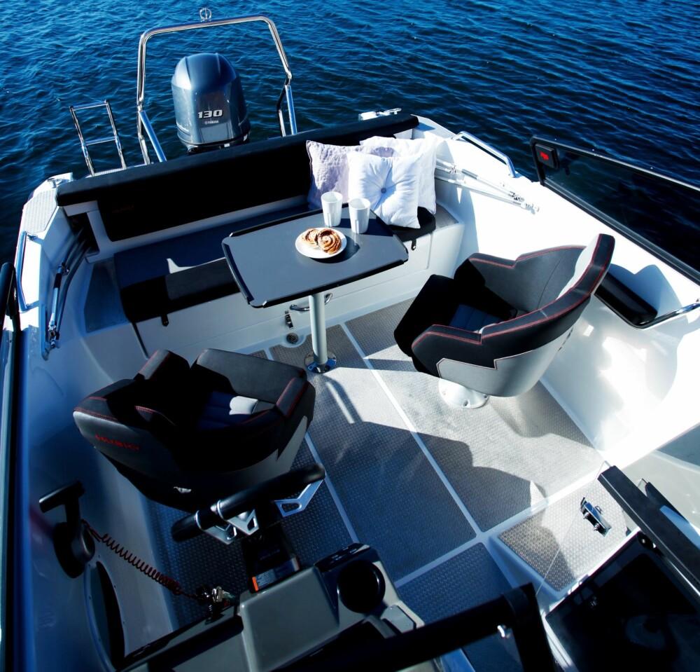 LUFTIG: Innredningskonseptet sørger for god passasje i cockpit.
