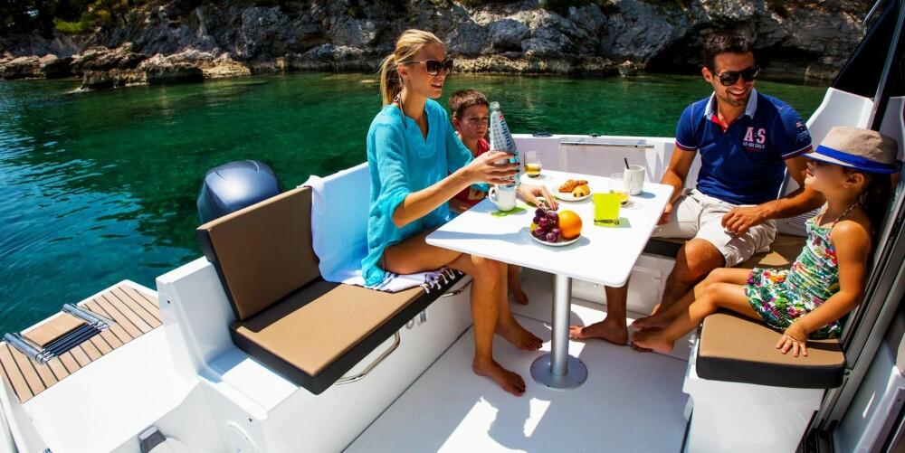 FIN UTEPLASS: Den store u-sofaen på akterdekket kan brukes både som sittegruppe rundt et bord eller som bunn i en solseng.