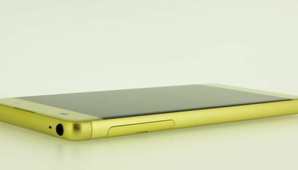 LILLEBROR: Sony Xperia XA er lillebror i Sonys 2016-serie med X-mobiler. Xperia XA er en rimelig mobil med et godt kamera og et flott design. Ytelsene står dessverre ikke helt i stil.
