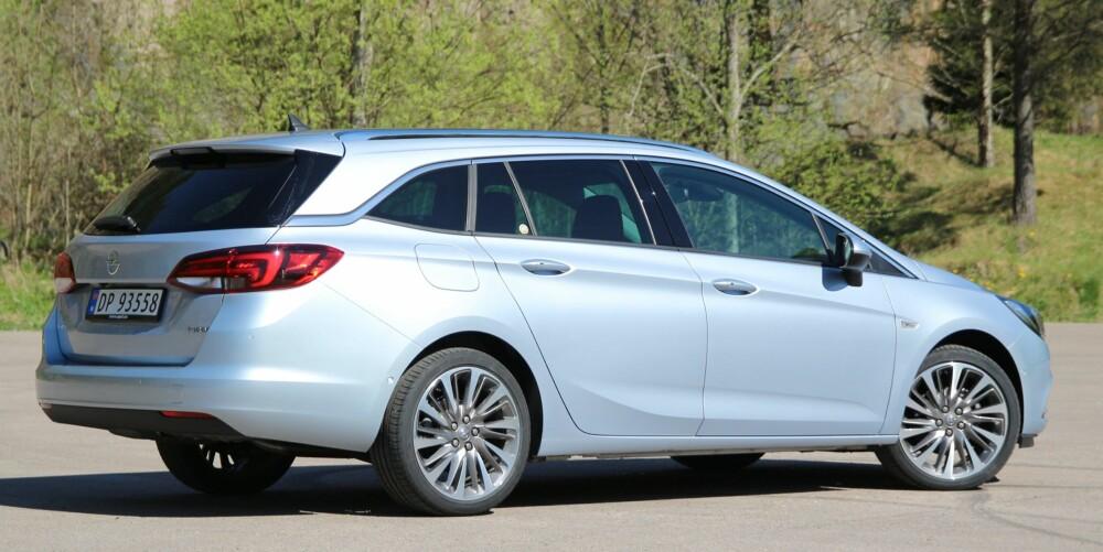 OPELS BESTE: Astra stasjonsvogn er etter vår mening Opels beste bil ut fra hva man får for pengene. Særlig gjelder det for utgaven vi her har testet, med Premium-utstyr, automatgir og 1,4-liters bensinturbo.