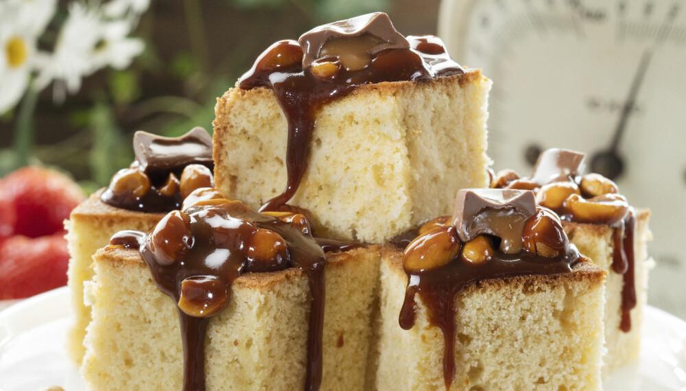 PERFEKT KOMBO: Karamell og peanøtter hever smaken på denne kaken. For å få en sterkere karamellsmak på sausen, kan du bruke mørk sirup.