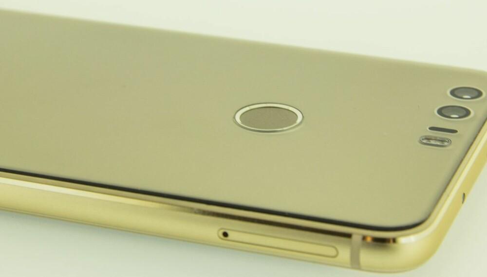 """GULL: Vår Huawei Honor var kledd i """"gull"""", men du får den også i andre farger. Mobilen er blank og stilig, men litt glatt."""