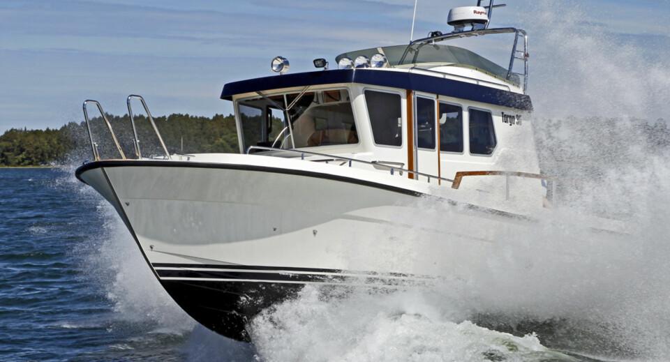 TØFFE TARGA: 30-foteren går som et godstog i sjøen og formidler ekte Targa-følelse (Foto: Kari Wilén/Finnboat).