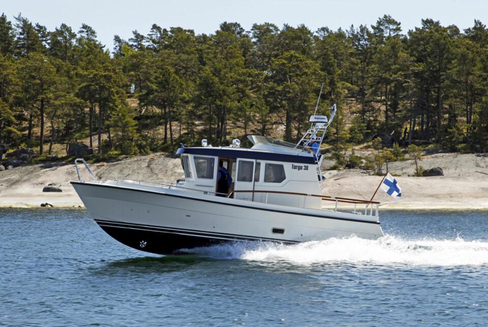 KJAPP: Med største motoralternativ går Targa 30.1 over 42 knop (Foto: Kari Wilén/Finnboat).