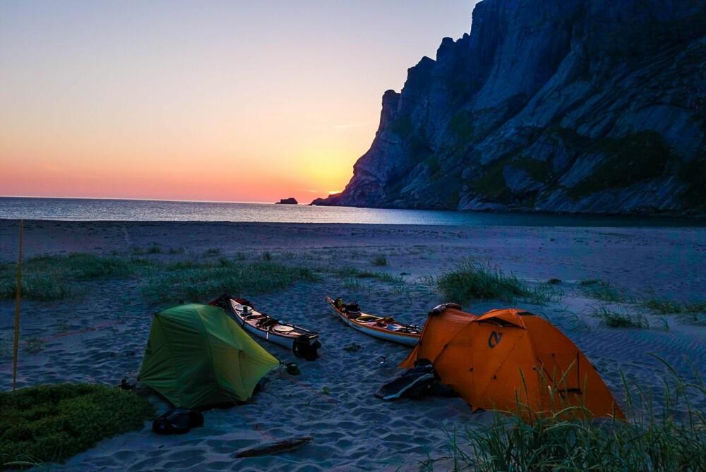 Magiske omgivelser å våkne i. Lofotens ville natur omkranser leirplassen til Tomasz.