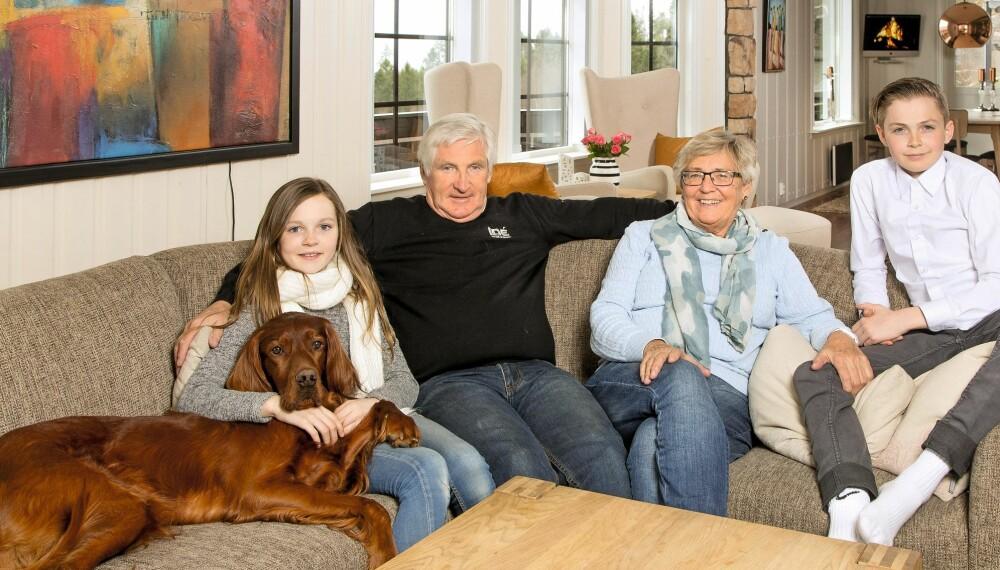 FLOTT FIRKLØVER: I julegave fikk barnebarna Emma og Markus 14 hverdagsmiddager i løpet av året med bestemor og bestefar. Til og med hunden Mozart setter pris på det.