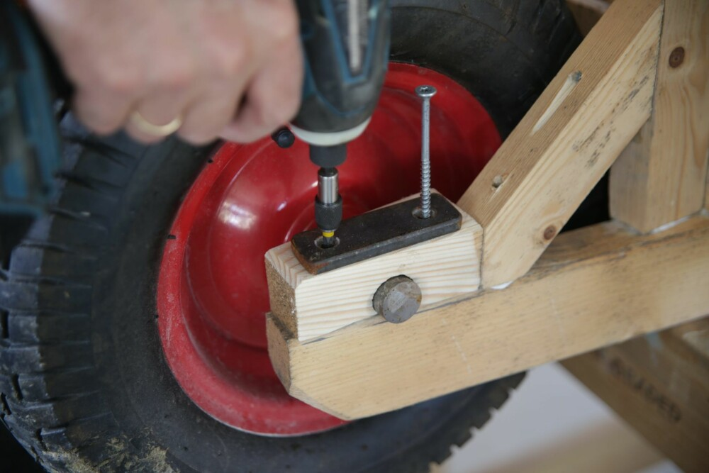 HJULOPPHENG: Bruk et flattjern på toppen når akslingen skal låses fast. Flattjernet kapper du til og borer hull som forsenkes. Fest alt med lange treskruer eller gjennomgående bolter. FOTO: Øivind Lie