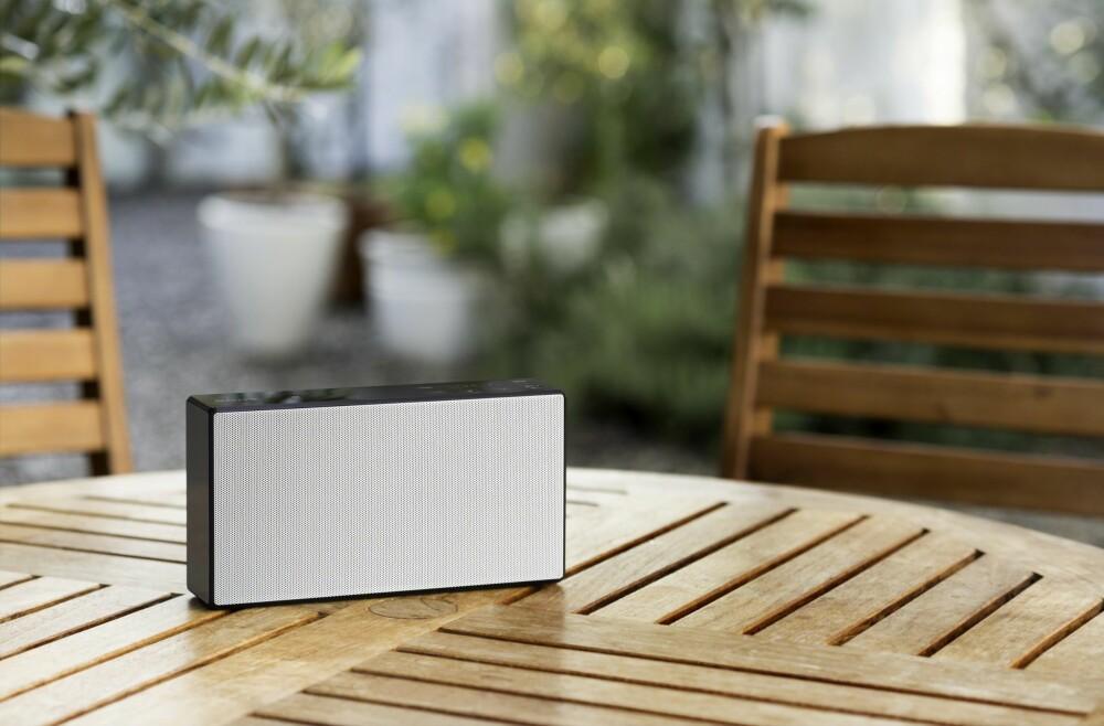 SORT OG HVIT: Sony SRS-X55 kan kjøpes i en sort eller en hvit utgave i Norge.