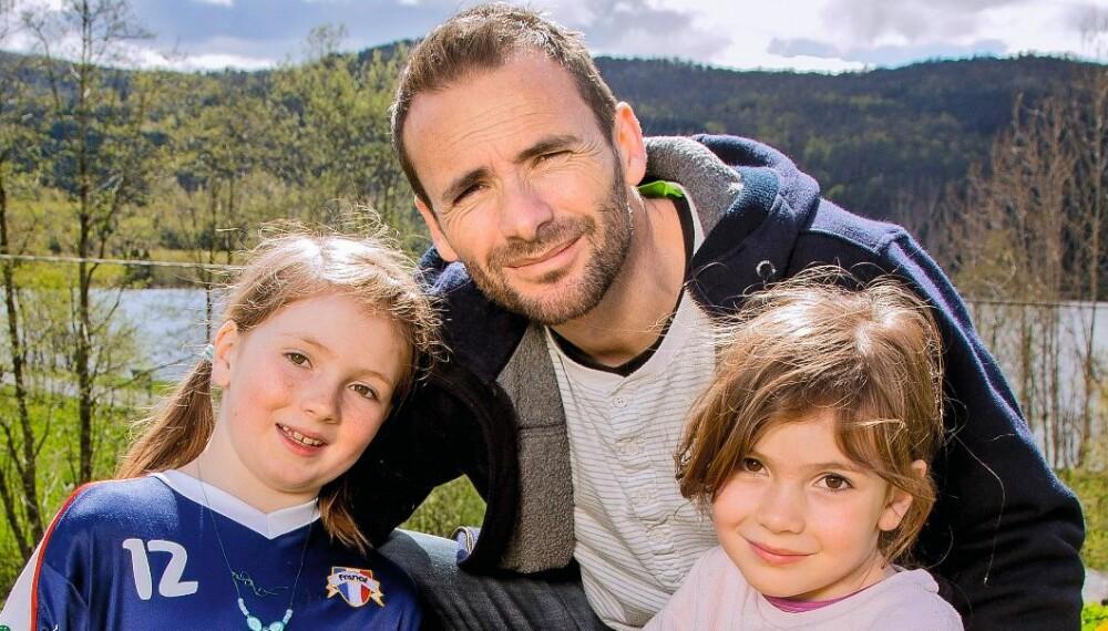 GOD STØTTE: Barna   betyr mye for Raphael Poirée. Her er han sammen med døtrene Anna (t.v.) og Lena i Eikelandsosen. Eldstedatteren Emma var ikke til stede da bildene ble tatt.
