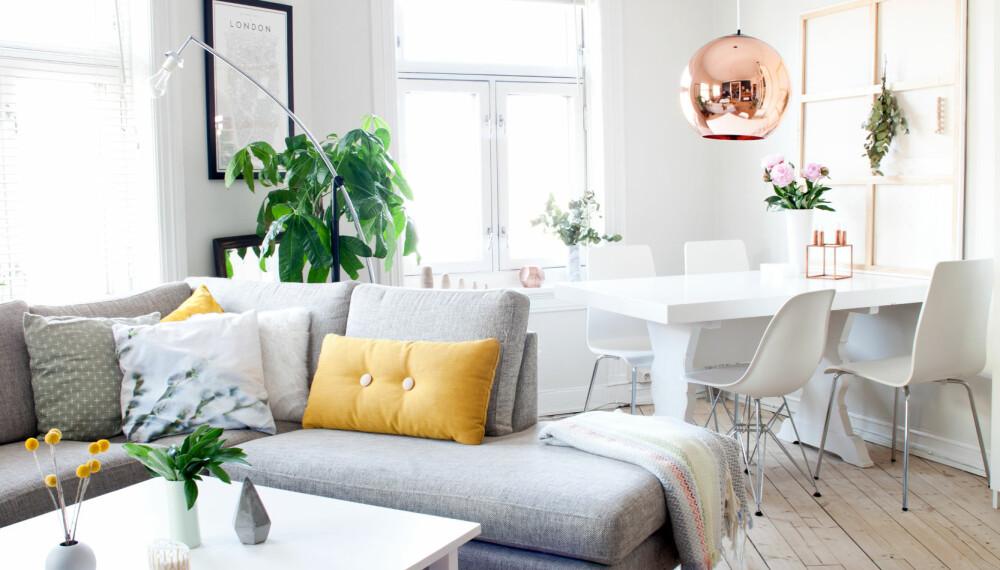 DUS FARGEMIKS: Sommerlig stue med gule detaljer, litt rosa og grønt. Salongbord fra IKEA, sofa fra Living, spisebordet er et bruktfunn, stolene er fra Skeidar og Eames. Kobberlampa er Copper Shade fra Tom Dixon. Den gule puffen er fra Kremmerhuset, og putene i sofaen er fra Kremmerhuset og HAY. På sofaen ligger et bunadspledd designet av Andreas Engesvik.