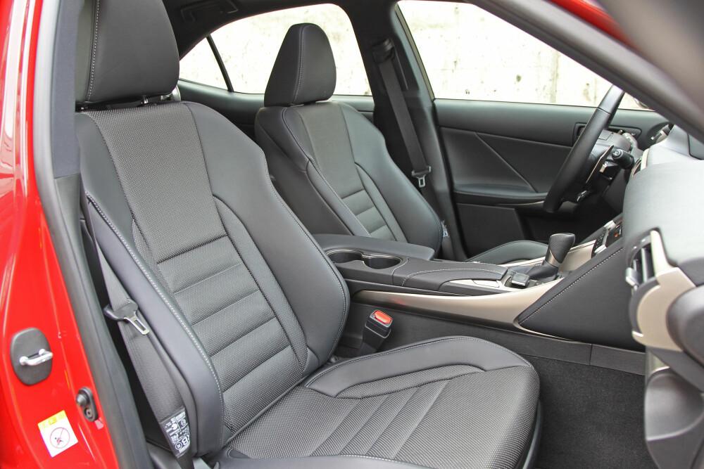 INTIM KJØREPOSISJON: Ved førerplass sitter du tett omsluttet mellom en ganske høy midtkonsoll og dørsiden. Sittekomforten er likevel god.