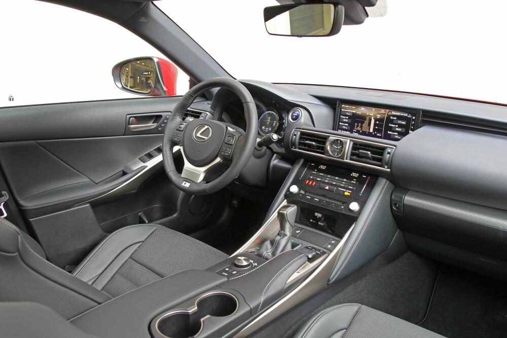 VELUTSTYRT: Få matcher Lexus på kvalitetsfølelse, og nye IS 300h er ikke et unntak. Utstyrsgrad F Sport S holder et høyt nivå, men koster over 600 000 kroner. Musepekeren til infotainmentskjermen liker vi fortsatt ikke.