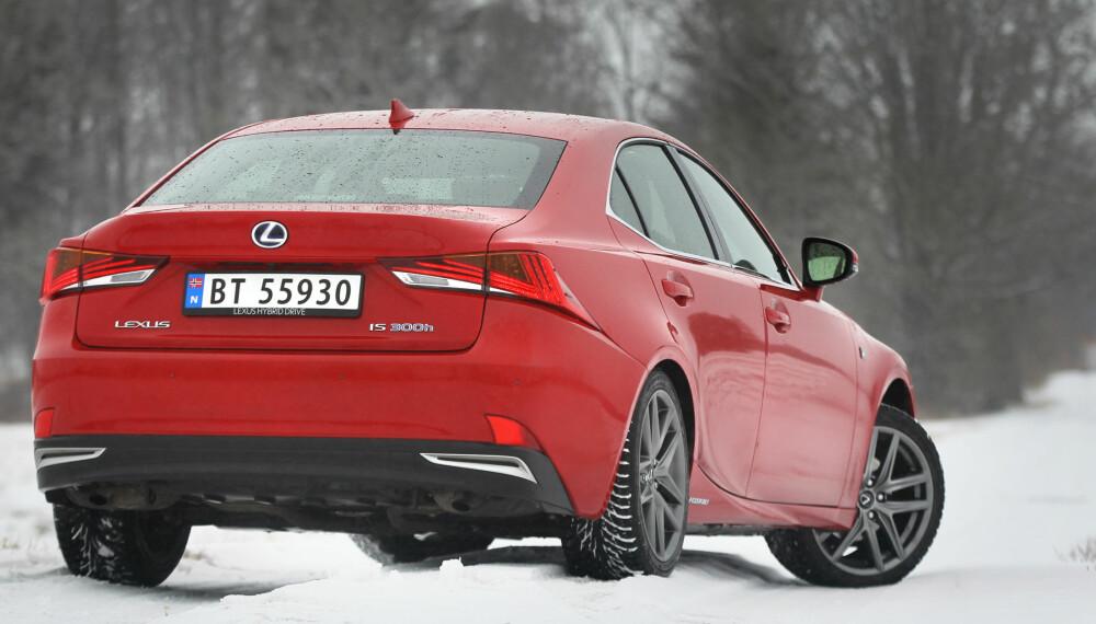 HYPER-MODERNE: Linjene er på kanten til dristige sammenlignet med BMW 3-serie, Mercedes C-klasse, Audi A4 og Volvo S60. Vi liker det vi ser.
