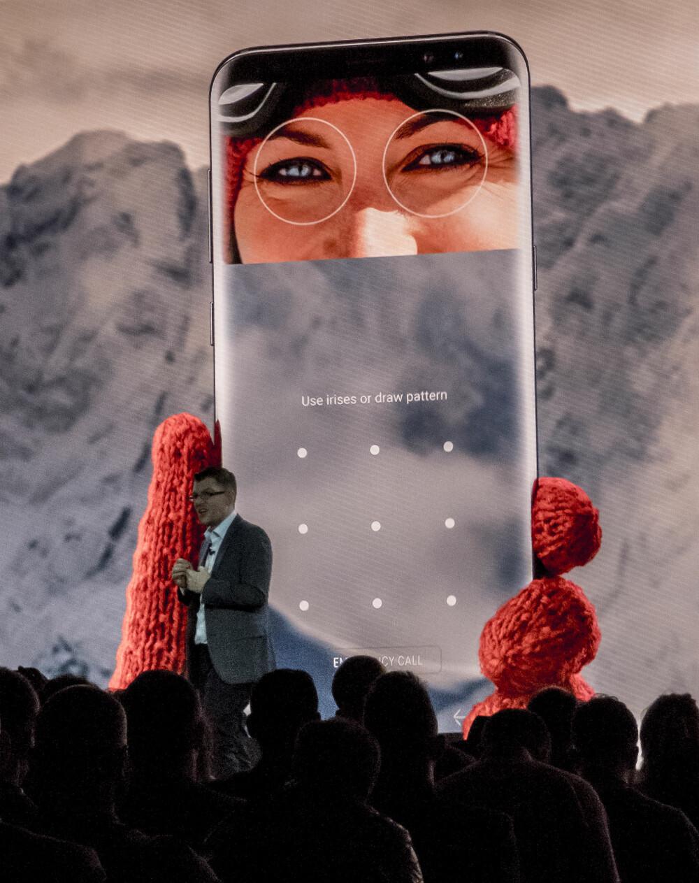 IRIS-SKANNER: Mark Notton fra Samsung presenterte iris-skanneren på Galaxy S8. Nå kan du låse opp mobilen bare ved å se på den.