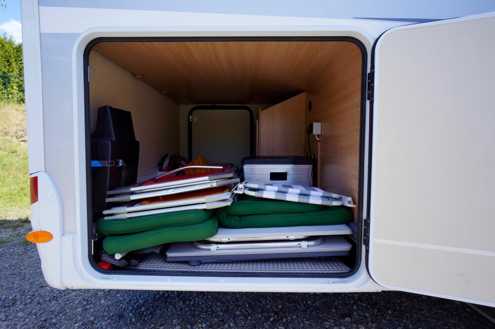 GOD PLASS: Lasterommet er stort og romslig, med dører på begge sider. Kjell Jakobsen har fikset strømkontakt til fryseboksen bak, som også kan gå på gass.