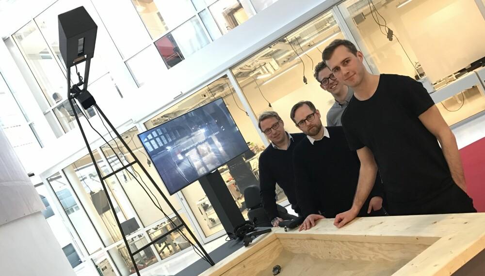 """LEKER: Teamet bak """"Sandbox 2.0"""" tar leken i sandkassa til en kul VR-opplevelse bak rattet i en Audi Q5. Fra høyre  ser vi Johan Ansterus fra Mediamonks, Anders Nilsen fra turneteamet, Øyvind Rognlien Skovli fra Audi og markedssjef i Audi Tommy Jensen"""