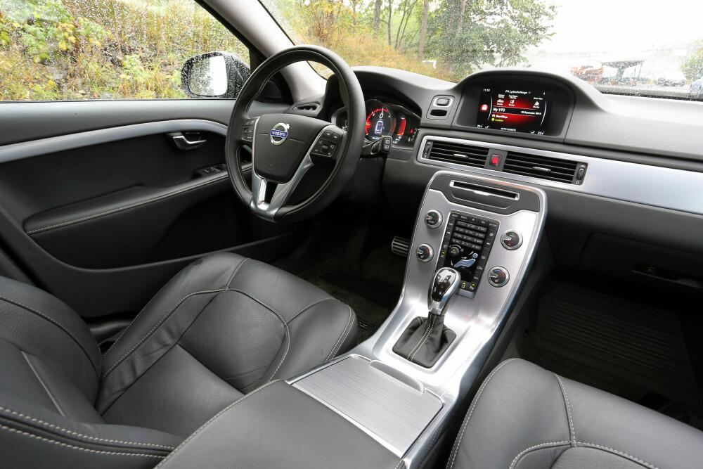 KNAPPEFLORA: Innvendig er alt nytt sammenlignet med V70. Volvo har kastet ut en opplevd million taster som vi aldri ble godvenn med, og erstattet dem med et innfelt nettbrett.