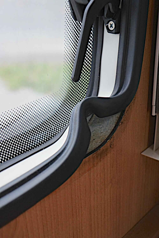 KITT-GLIPP: En liten glipp under kittingen var nok til at fukt etter kort tid trengte inn på baksiden av vinduet.