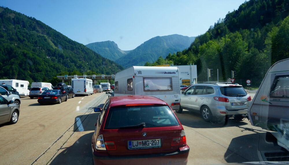 PEST OG PLAGE: Kø plager alle bilister, men bobilister er mye på farta, ikke minst i høysesonger for ferie.