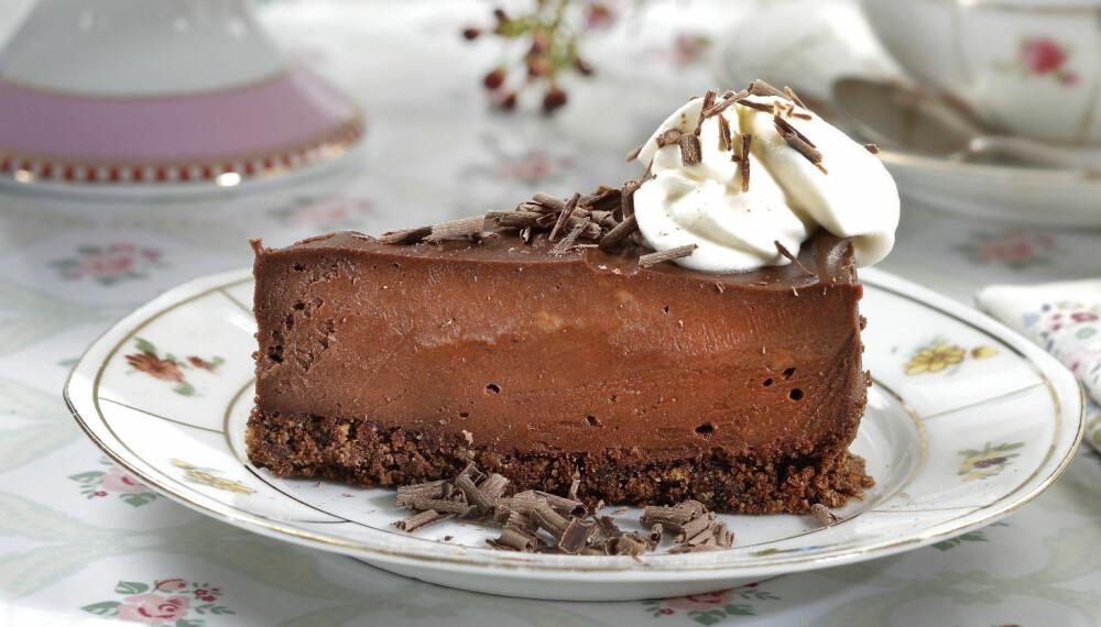 PYNT:Sjokoladespon lager du ved at du bruker en potetskreller og «skreller» sjokoladeplaten. Sjokoladeplaten bør være kald.