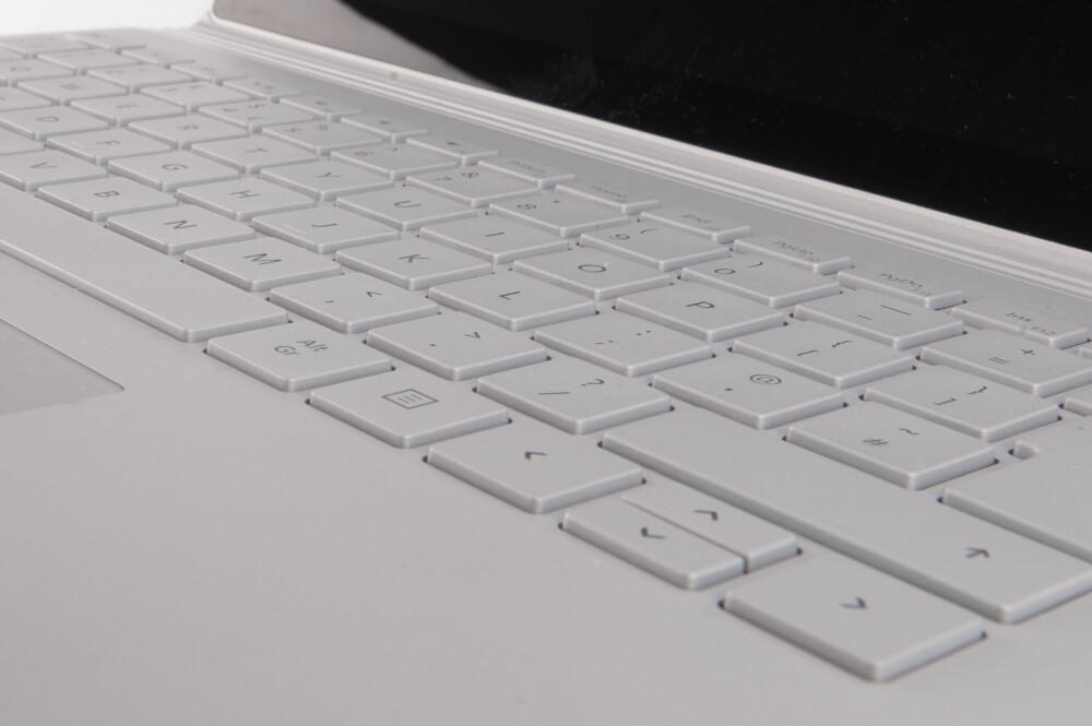 BEHAGELIG: Tastaturet har fin skrivekomfort, og tastene er passe store og faste i fisken. Likevel kunne vi ønsket oss at alle piltastene hadde full størrelse.