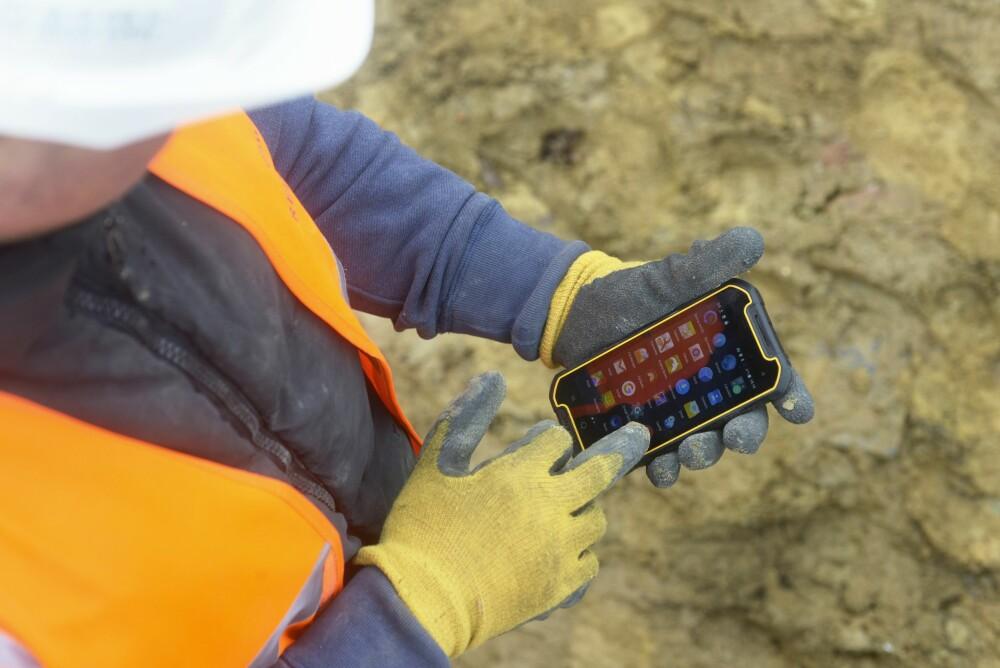 HANSKER: Dewalt MD501 kan brukes med hansker.