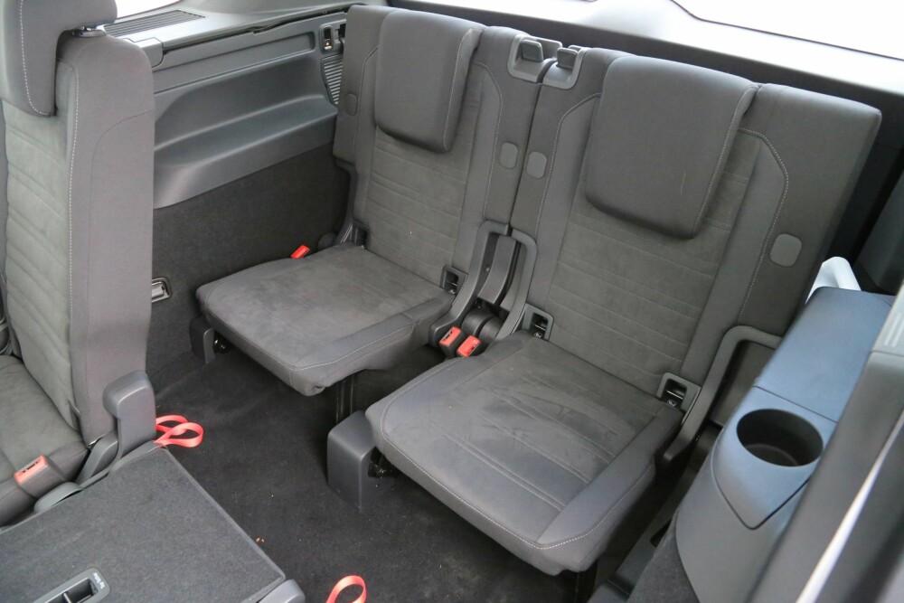 SKREDDERSØM: Siden du kan skyve på setene i 2. rad, kan du få plass til voksne helt bakerst. Men lav sittehøyde gjør at setene er best for barn. FOTO: Terje Bjørnsen.