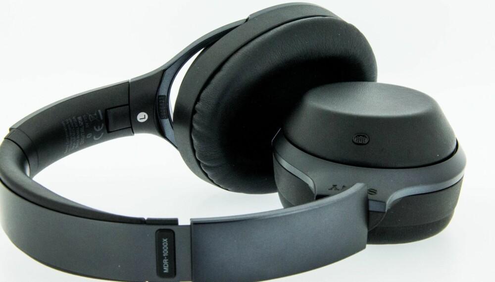 KVALITET: Byggekvaliteten på Sony MDR-X1000X er god. Det er blant annet brukt ekte skinn på både øreklokkene og øreputene.