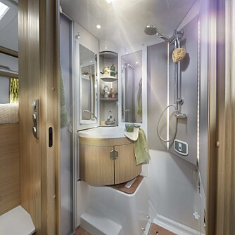 """MAGISK: Sanitærrommet er en elegant versjon av et """"magisk bad"""". Ved dusjing skyves høyre vegg innover, og rommet forvandles fra et bad/toalett til en dusj."""