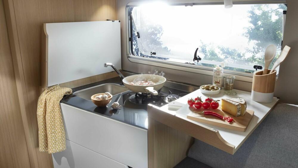 ALBUROM: Smart kjøkken med utleggsplate gir mer spillerom for matlaging.