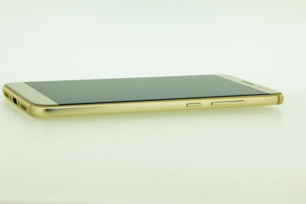 STOR: Huawei Nova Plus er en stor mobil, men med en skjerm som går helt ut i kanten, skjuler Nova Plus godt at den har en 5,5 tommers skjerm.