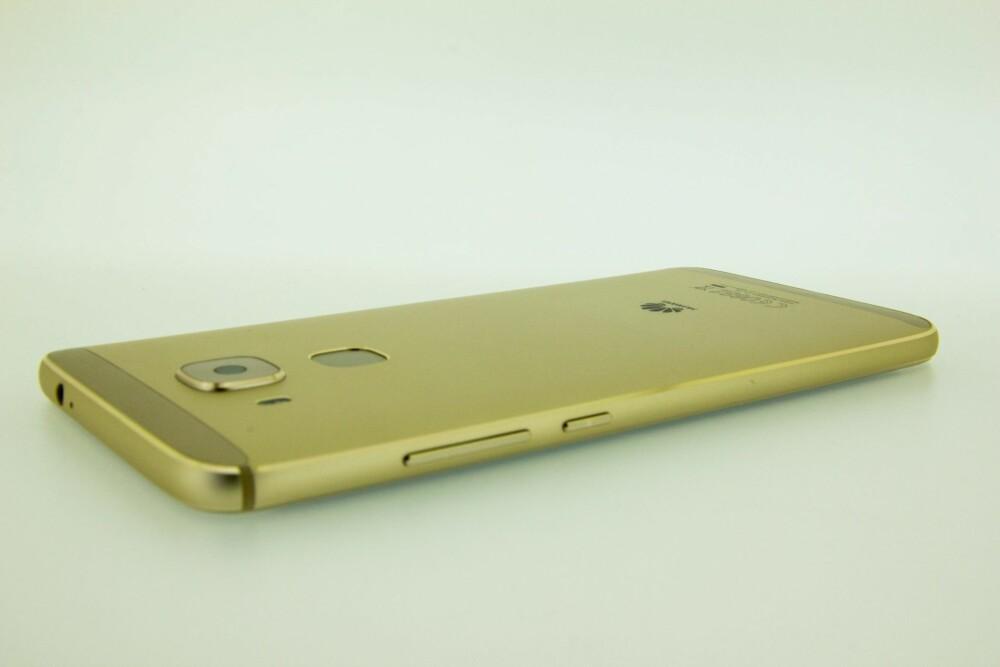 Den fasettslipte kanten rundt både for- og baksiden på Huawei Nova Plus bidrar til å gi telefonen et eksklusivt uttrykk.