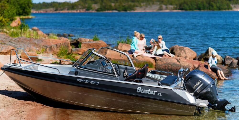 Buster XL Pro fungerer fint til hyggeturer, men kan også utstyres for fiske. Busters modulsystem der seter/oppbevaringsbokser lett tas ut eller settes inn i båten, gir sitteplass til flere.