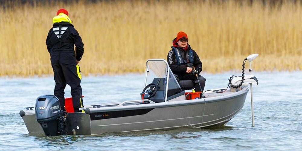 I Buster S Fish er det bygget opp to plattformer; en akter og en forut, begge med feste for fiskestoler. Forut er det brakett for en egen baugmotor, der Buster kan fabrikkmontere en Motorguide Xi5 elektrisk fiskemotor.