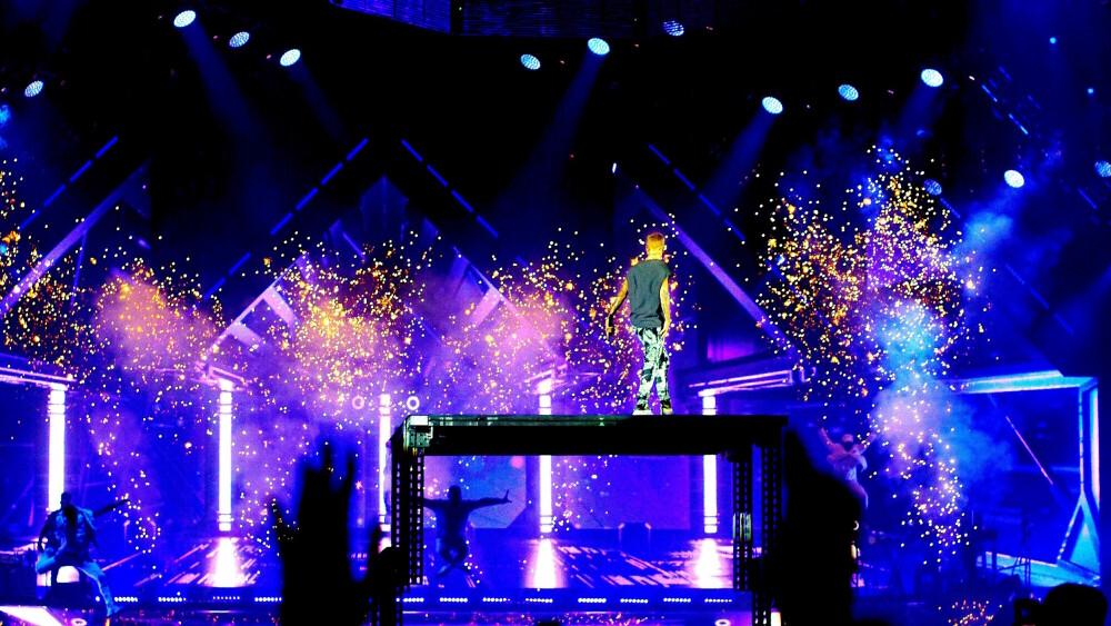 FULL PAKKE: Sceneshowet til Justin Bieber hadde alt - til og med stjerneskudd og flammer!