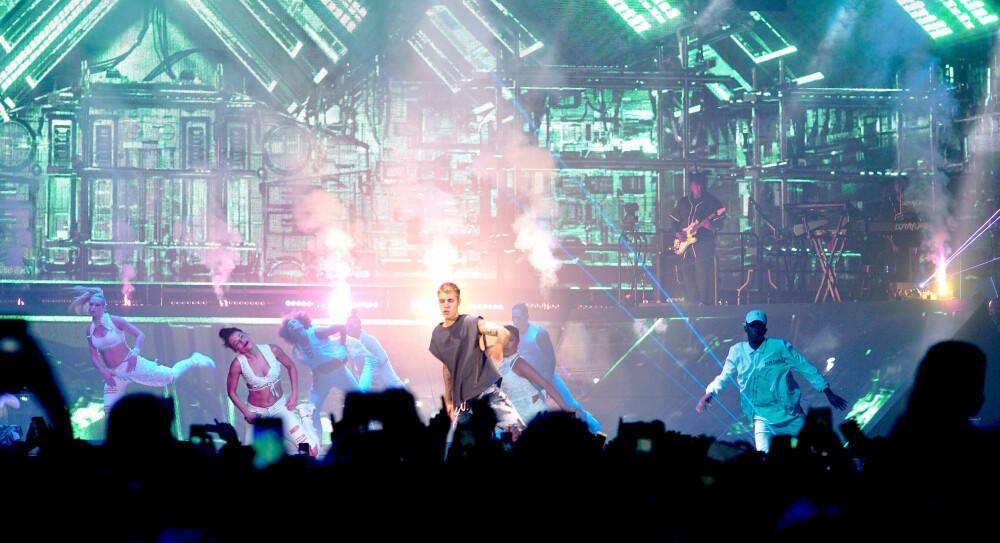 SKRYT TIL DANSERNE: Dansernes prestasjon og energinivå var på topp gjennom hele konserten!