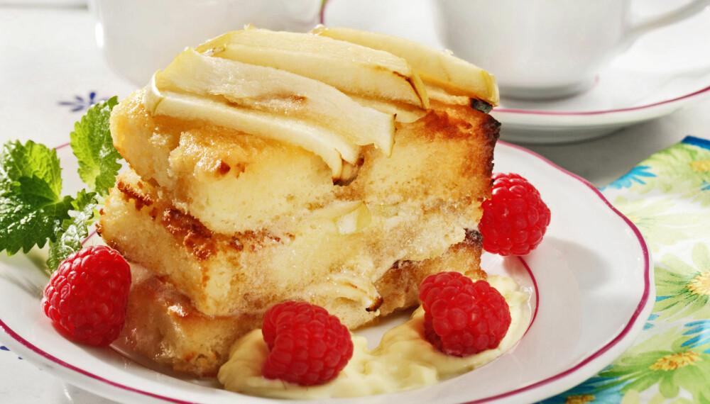 DEILIG KOMBINASJON: Sitronskall og mandler løfter denne deilige eplekaken.