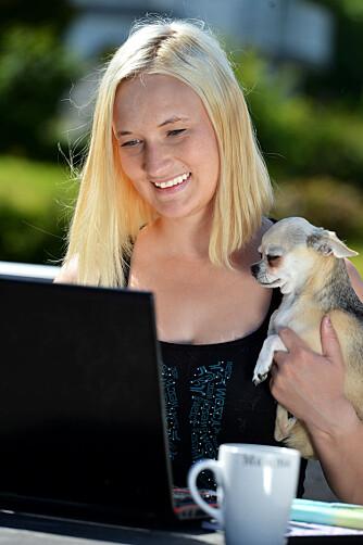 I SKRIVENDE STUND: Lizbeth stortrives med å kombinere morsrollen med rollen som frilansjournalist. Hun blogger også på lizbethosnes.com.