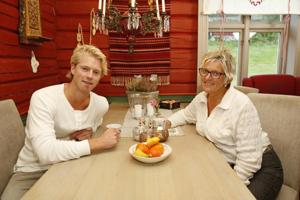 FAMILIEKJÆR: Eilev og mamma Gunhild har et nært forhold, og Eilev tar turen hjem til Noresund så snart anledningen byr seg.