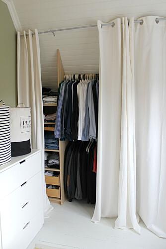 RIMELIG LØSNING: En rimelig løsning er å skjule en garderobeinnredning ved å bruke en gardinstang og lange gardiner.